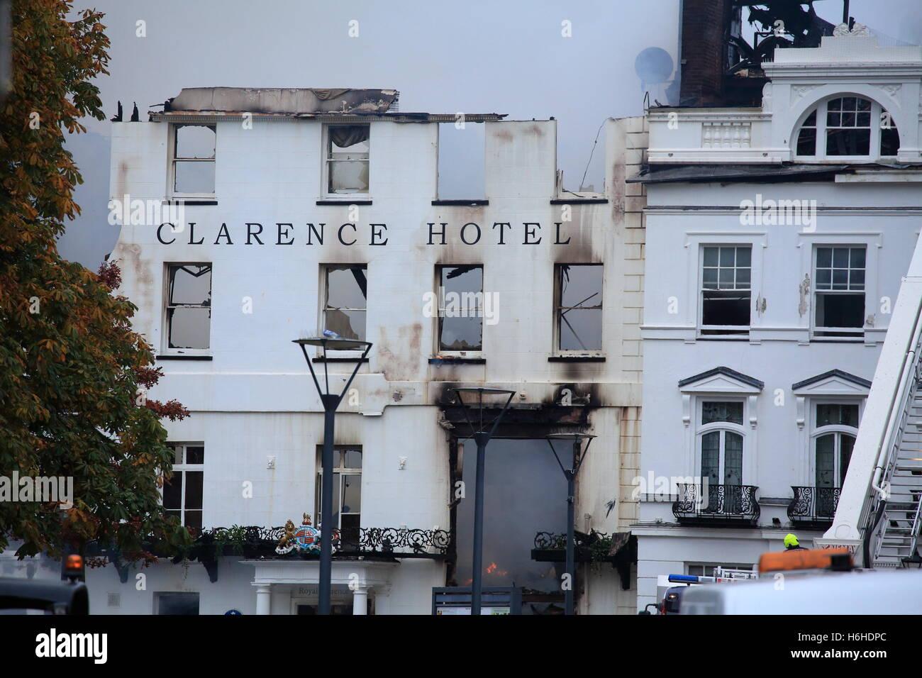 Royal Exeter Hotel Clarence, tras devastadoras fuego el viernes 28 de octubre de 2016, el fuego sigue ardiendo en Imagen De Stock
