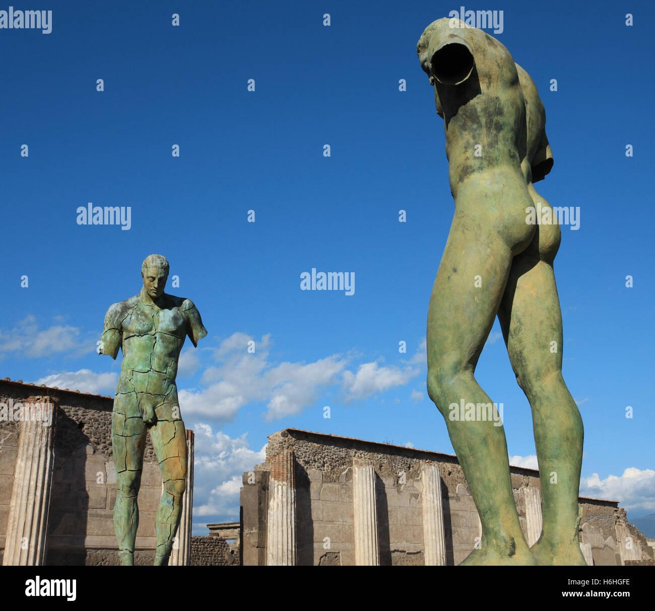 Esculturas modernas por Igor Mitoraj en show en el antiguo sitio de la ciudad de Pompeya, cerca de Nápoles, Imagen De Stock