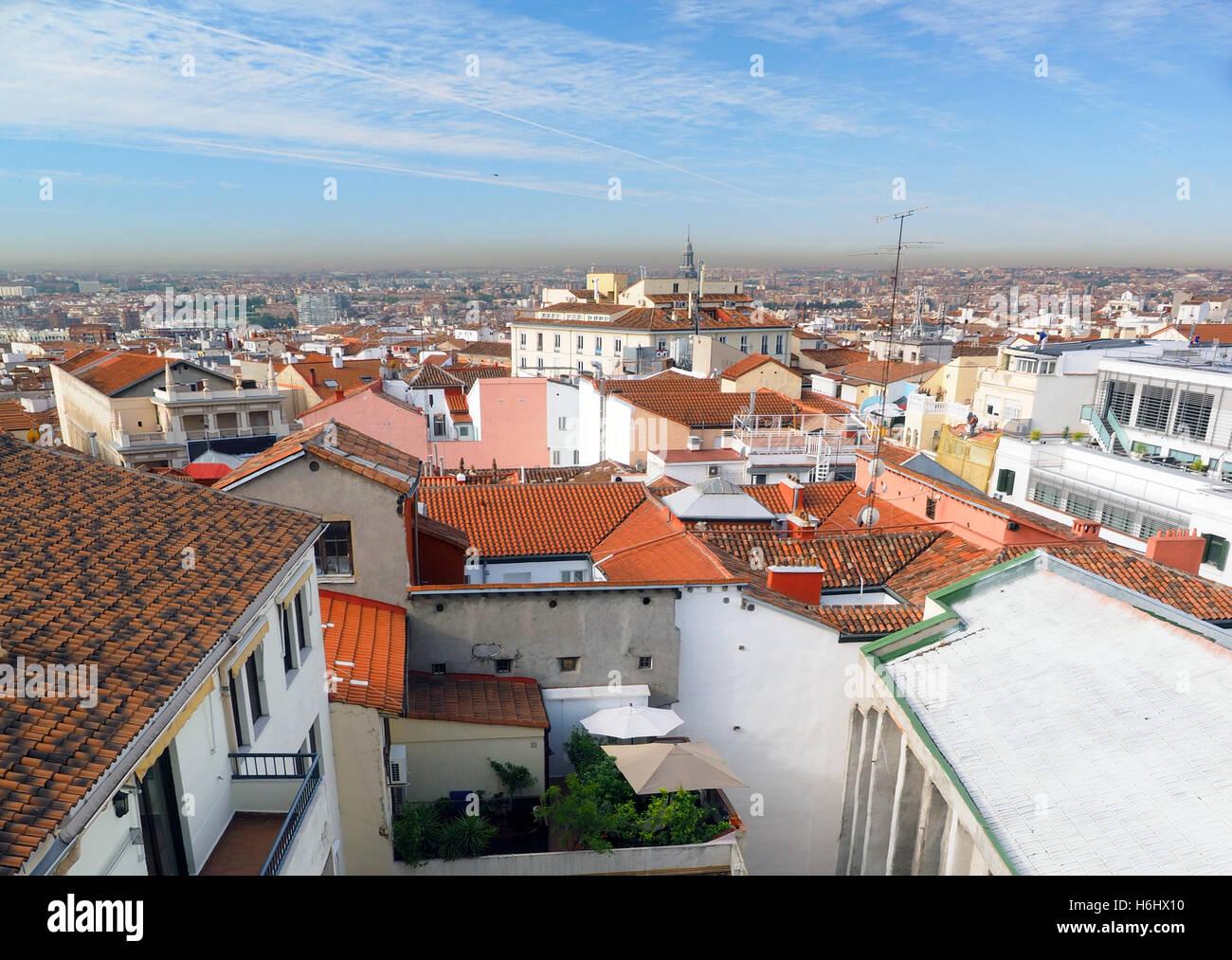 Panorama metropolitan Madrid España Europa con techo de tejas rojas condominios oficinas y la Catedral. Imagen De Stock