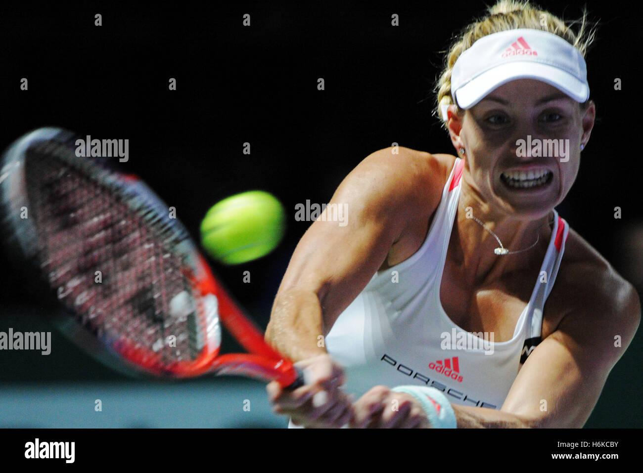 Singapur. 30 Oct, 2016. Angelique Kerber de Alemania compite durante la WTA Final partido contra Dominika Cibulkova Imagen De Stock