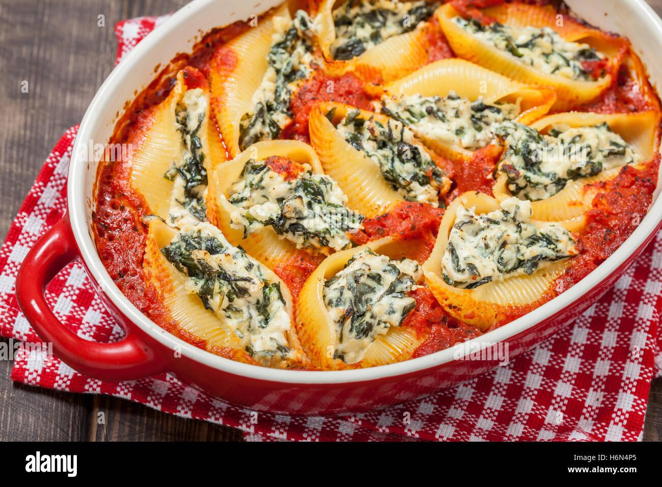 Conchas de pasta rellenos de ricotta con espinaca Foto de stock