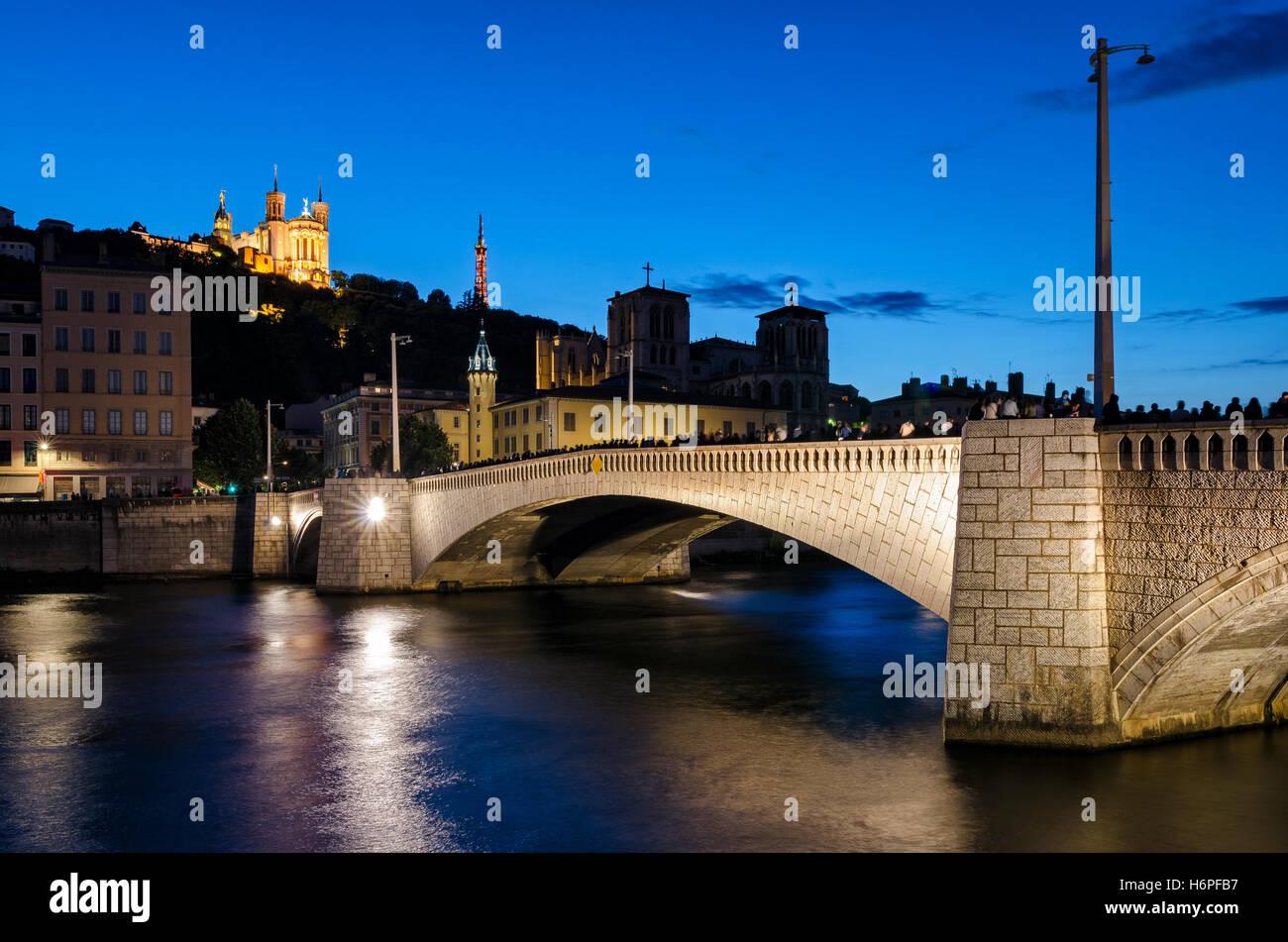 Lyon (Francia), Notre Dame de Fourviere y pont bonaparte en hora azul Foto de stock