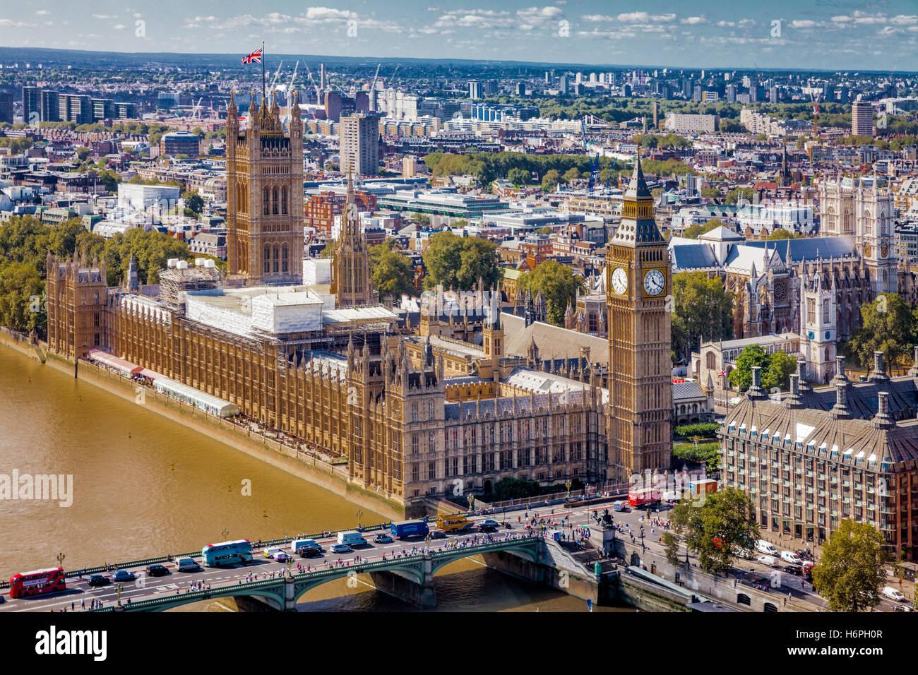 Inglaterra: panorama de la ciudad de Londres, incluyendo el río Támesis y el puente de Westminster, el palacio de Westminster, casas del parlamento, el Big Ben, Portcullis House Foto de stock