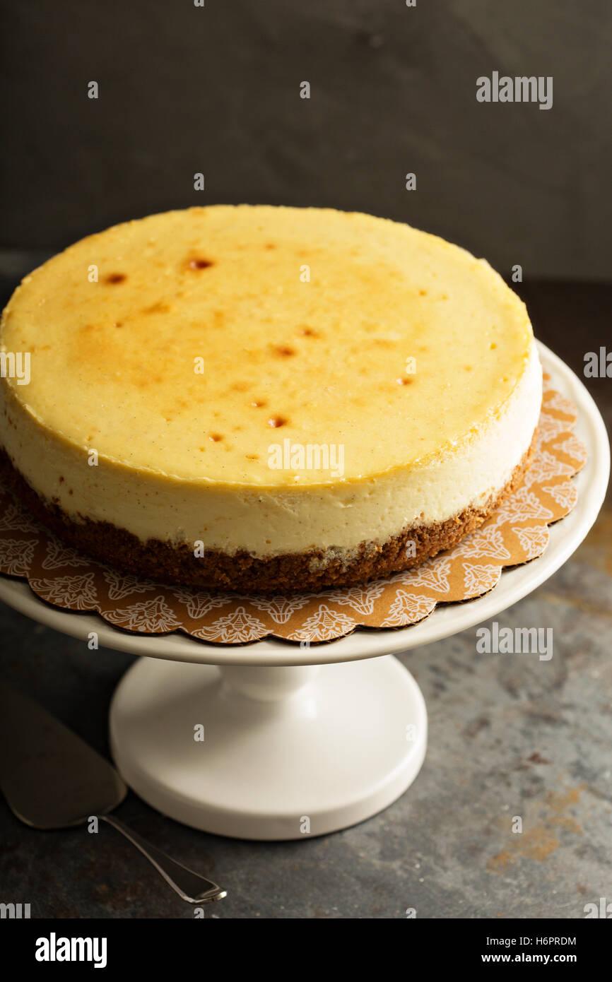 Nueva York cheesecake sobre una tarta stand Imagen De Stock
