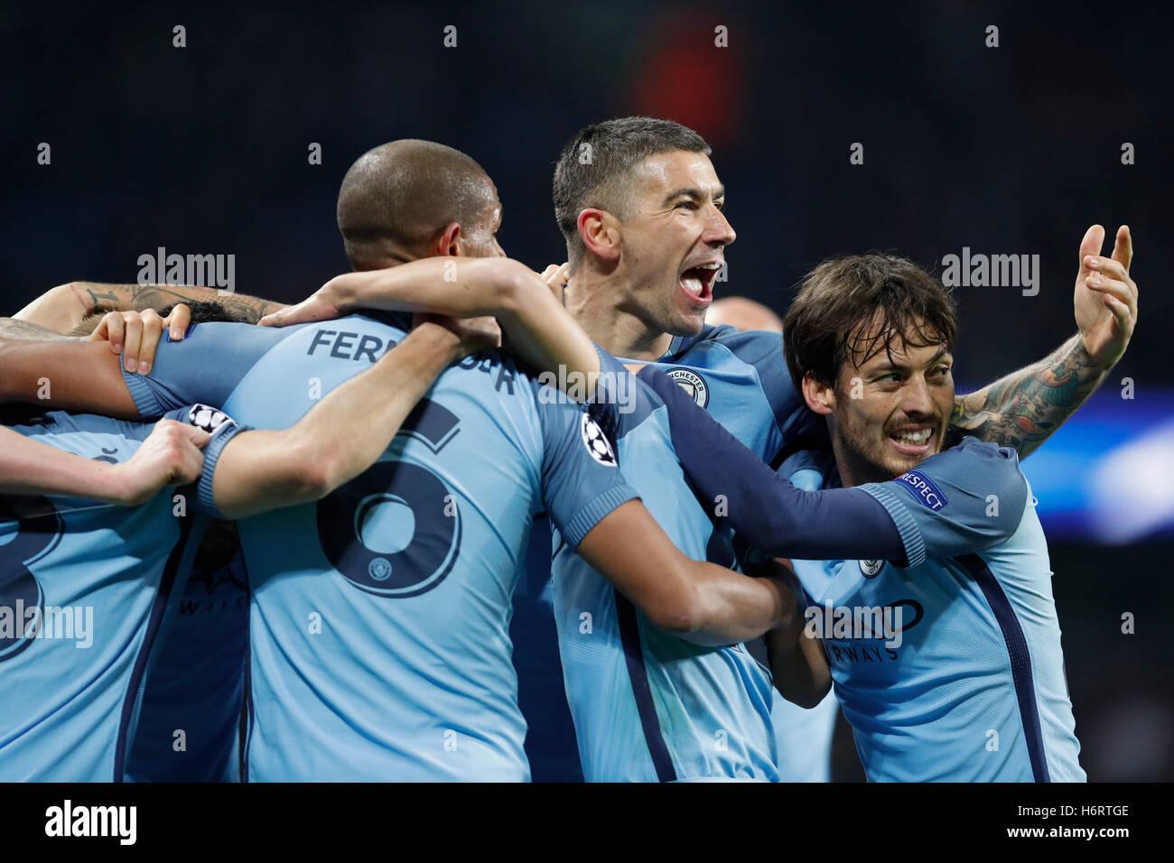 Londres, Gran Bretaña. 1 nov, 2016. Los jugadores del Manchester City celebran tras anotar en el grupo C de Imagen De Stock
