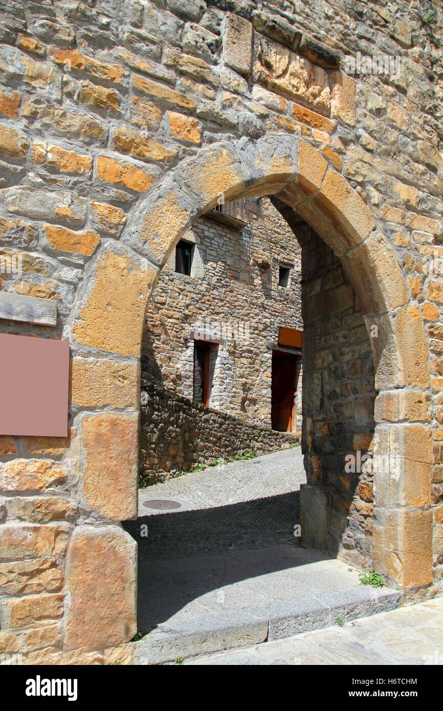 Detalle De La Construcción De Casas De Piedra Monumento Antiguo Pasaje  Objetivo Arco Puerta Puerta De Entrada Gantry Archgway Europa España  Vintage Yeso