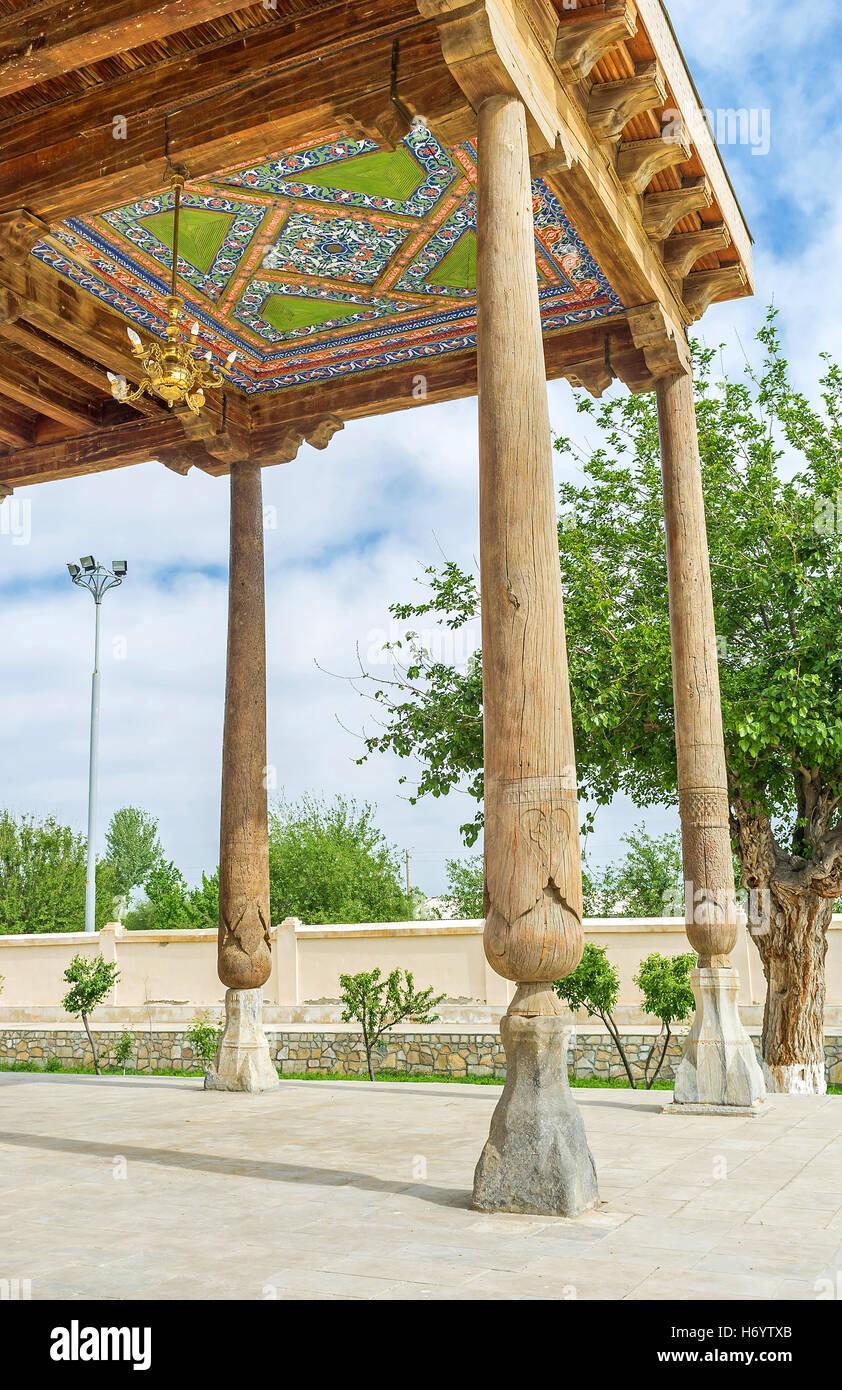 La Terraza De Madera De Khakim Kushbegi Mezquita Decorado