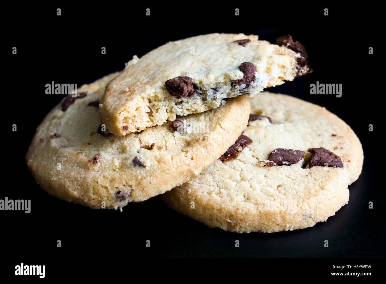 Ronda shortbread galletas con trocitos de chocolate. En negro. Imagen De Stock