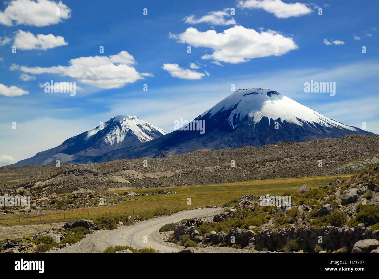 Vista escénica del grupo volcánico. Grupo volcánico Payachata al Parque Nacional Lauca, Chile Imagen De Stock