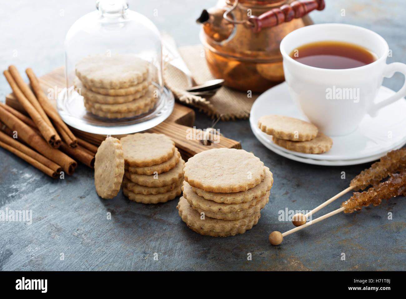 Cortar las galletas de canela Imagen De Stock