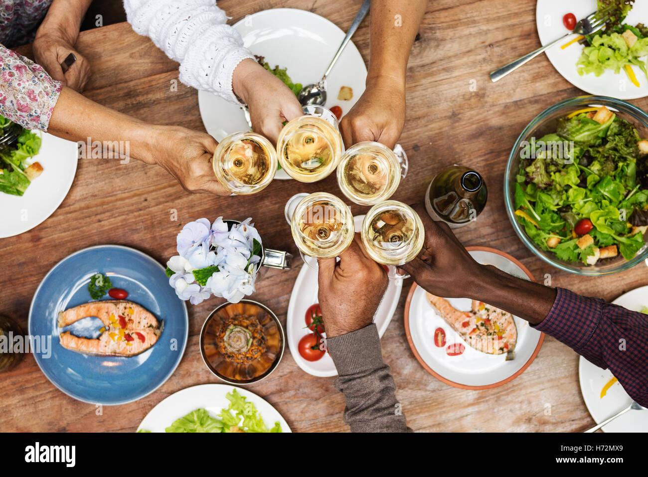 Amigos felicidad disfrutar comiendo comidas concepto Imagen De Stock