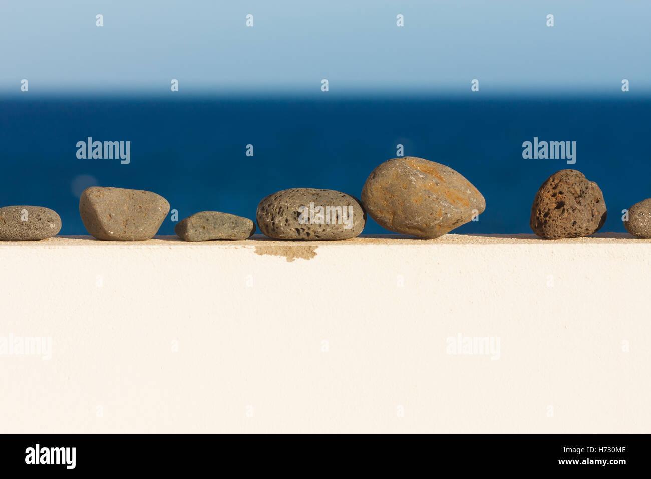 Los guijarros en la pared. En el fondo del océano Imagen De Stock