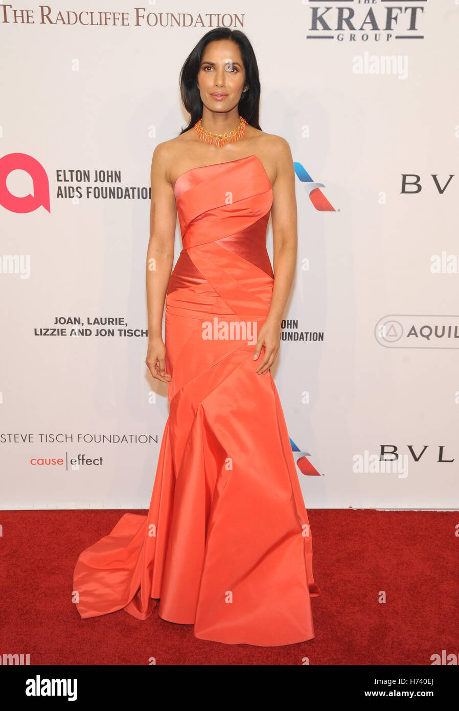 Nueva York, NY, EUA. 02Nd Nov, 2016. Padma Lakshmi atiende 15th Annual Elton John AIDS Foundation una visión Imagen De Stock