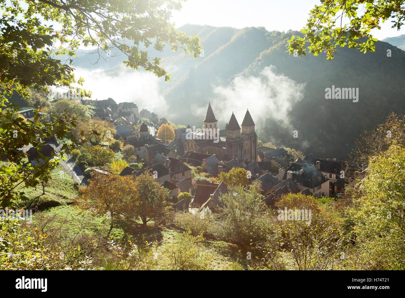 Un disparo de alto ángulo de Conques (Francia), por una brumosa mañana otoñal. Plongée Contre-sur Conques par onu brumeux matin d'Automne. Foto de stock