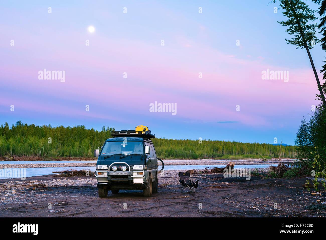 Una Delica Mitsubishi L300 autocaravana estacionada junto al río Muskwa en el norte de British Columbia, Canadá Imagen De Stock