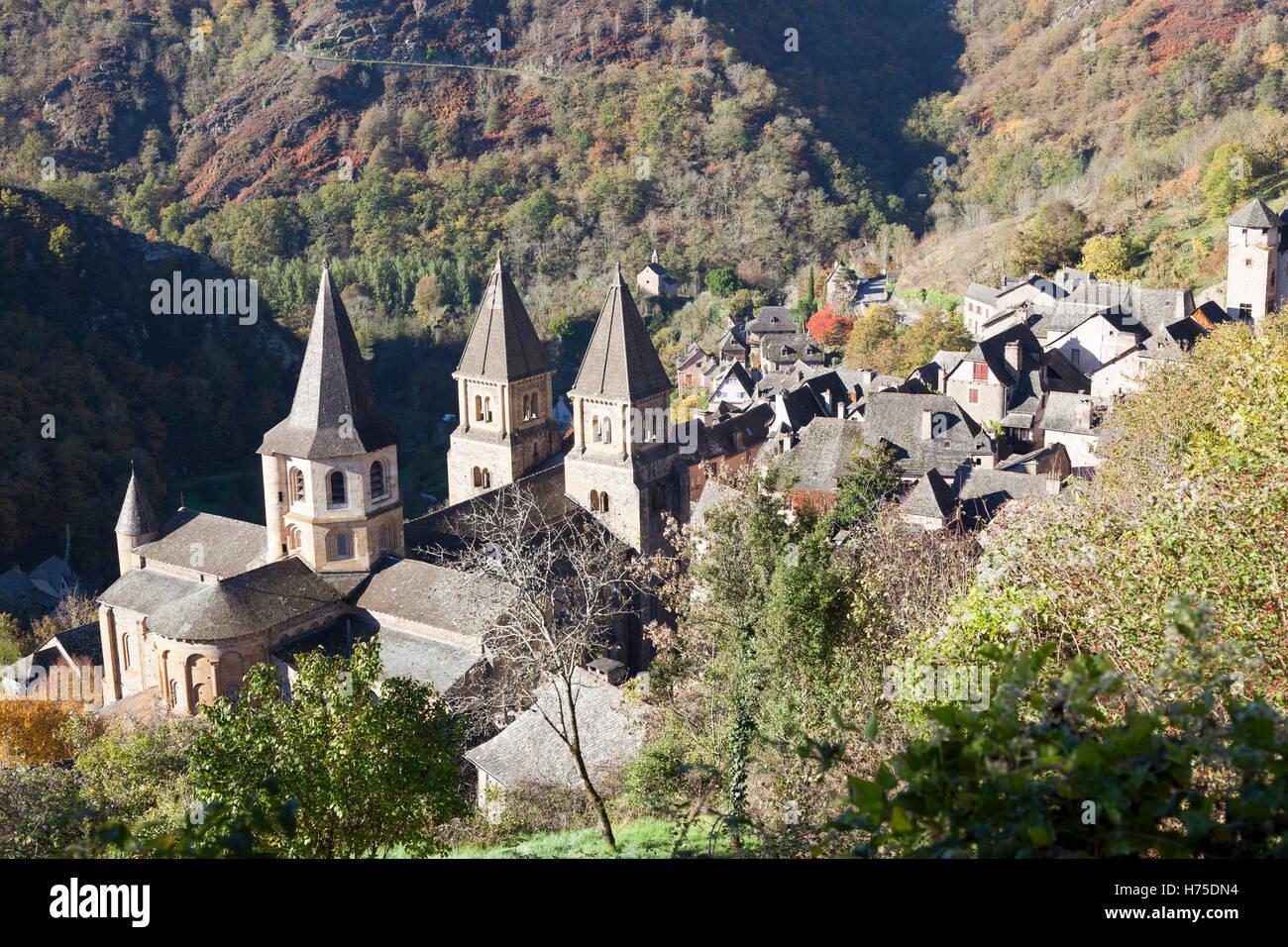 Un alto ángulo de disparo en el pueblo de Conques (Francia) por una mañana otoñal. Plongée Contre-sur Conques par onu matin d'Automne. Foto de stock