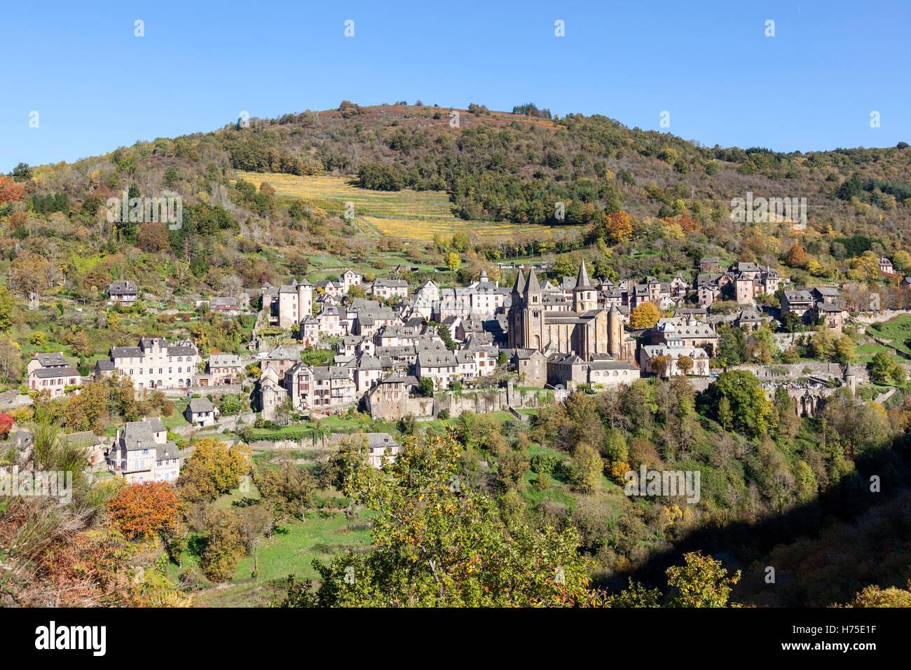 Por una mañana otoñal, una reseña sobre el pueblo de Conques desde el mirador conocido como 'Bancarel' (Aveyron - Francia). Foto de stock