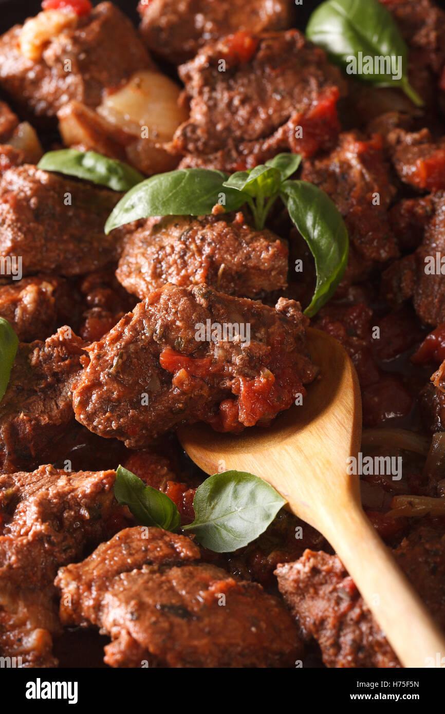 Comida griega: carne de vacuno stifado macro fondo vertical. Imagen De Stock