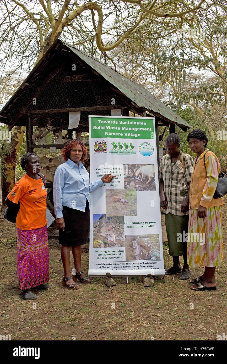 Cuatro mujeres con el manejo de desechos poster Kamere Kenya Imagen De Stock