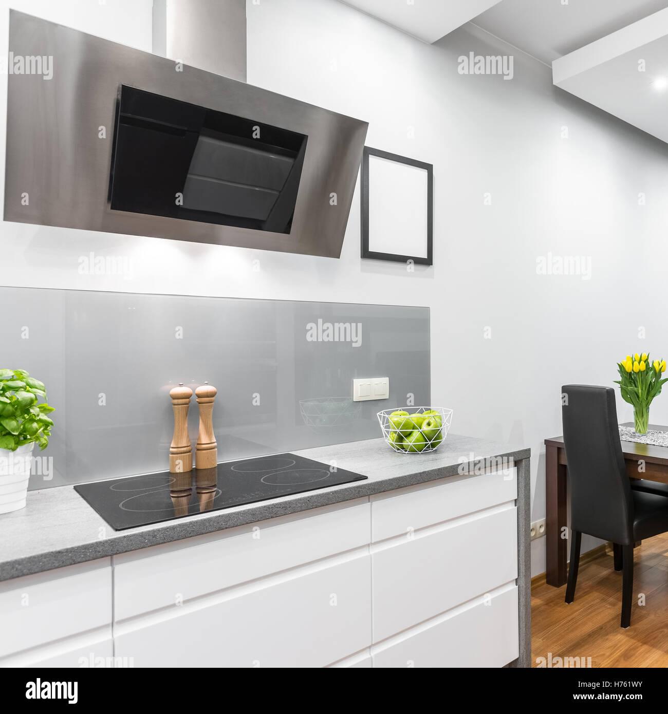 Cocina blanca con inducci n vitrocer mica y campana extractora abierta al comedor foto imagen - Campana extractora blanca ...
