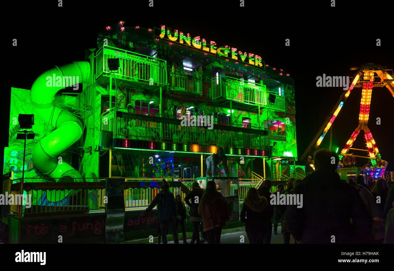 Fiebre Salvaje recinto ferial paseo por la noche en un evento al aire libre. Imagen De Stock