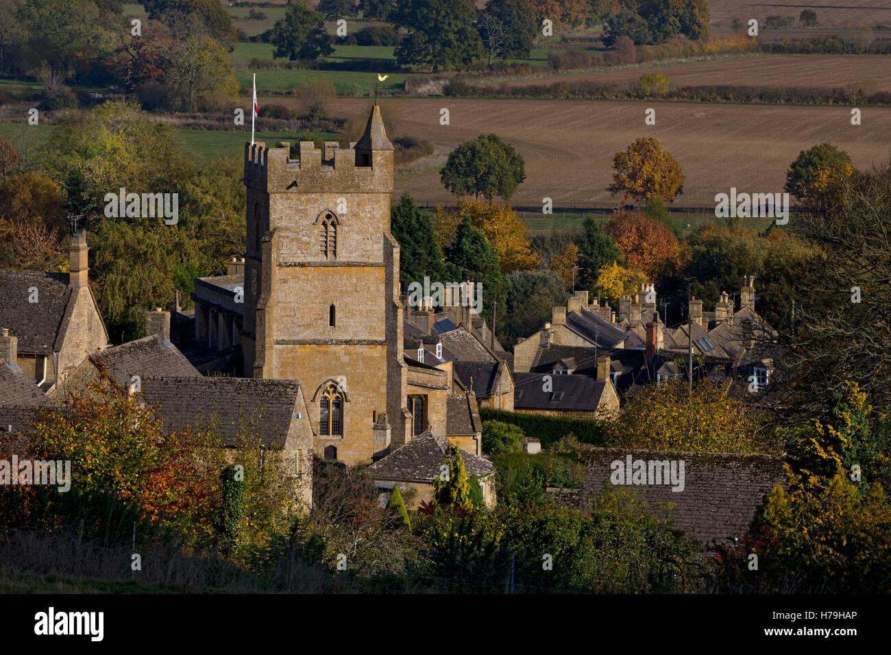 Pueblo de Bourton sobre la colina en otoño,Cotswolds,Gloustershire,Inglaterra Foto de stock