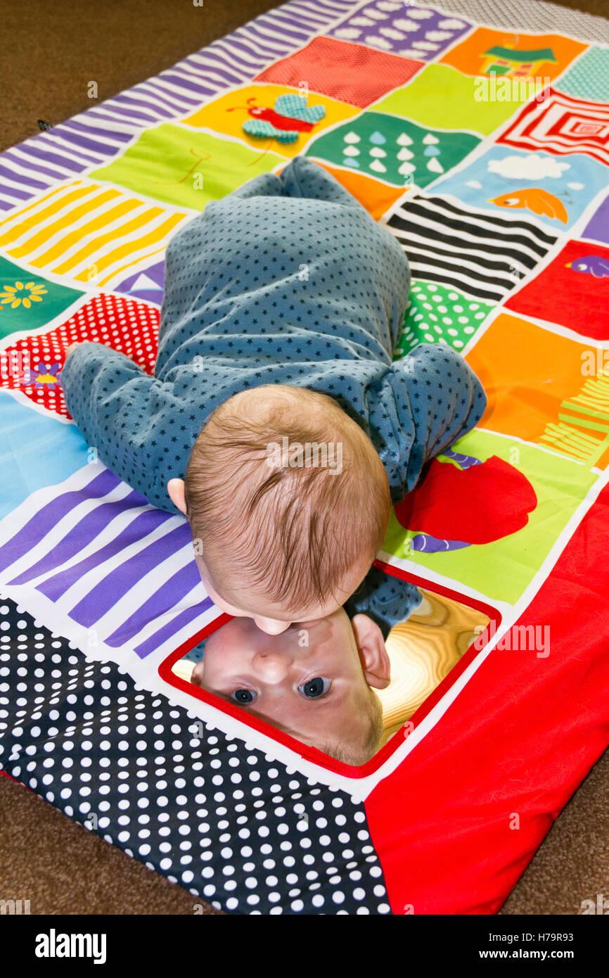 Baby Boy jugando en un juego mat Foto de stock