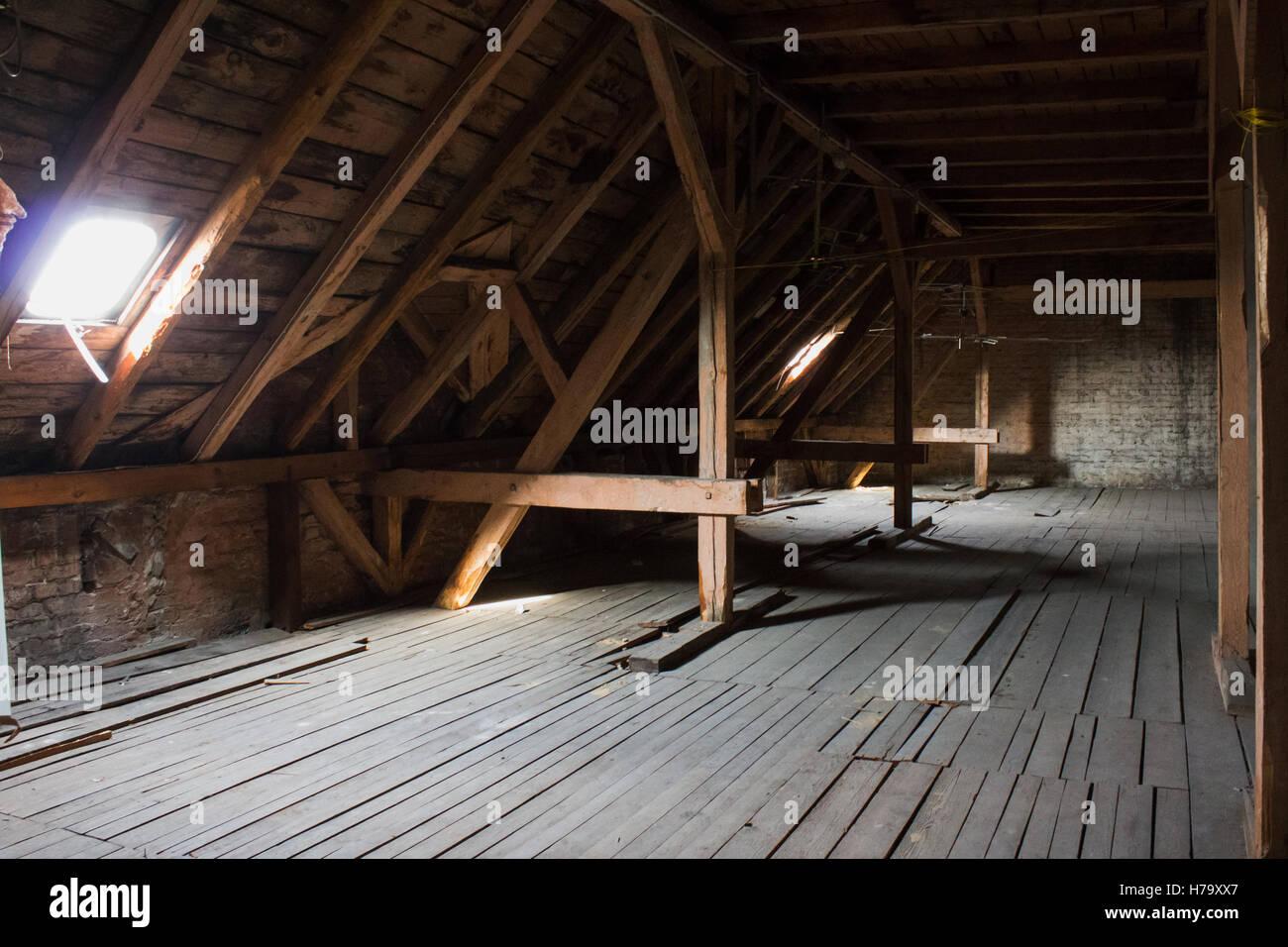Techo, vigas de madera en el viejo desván / techo antes de la construcción Imagen De Stock
