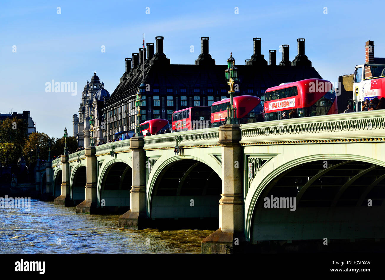 Londres, Inglaterra, Reino Unido. Double Decker buses cruzando el puente de Westminster hacia Portcullis House Foto de stock