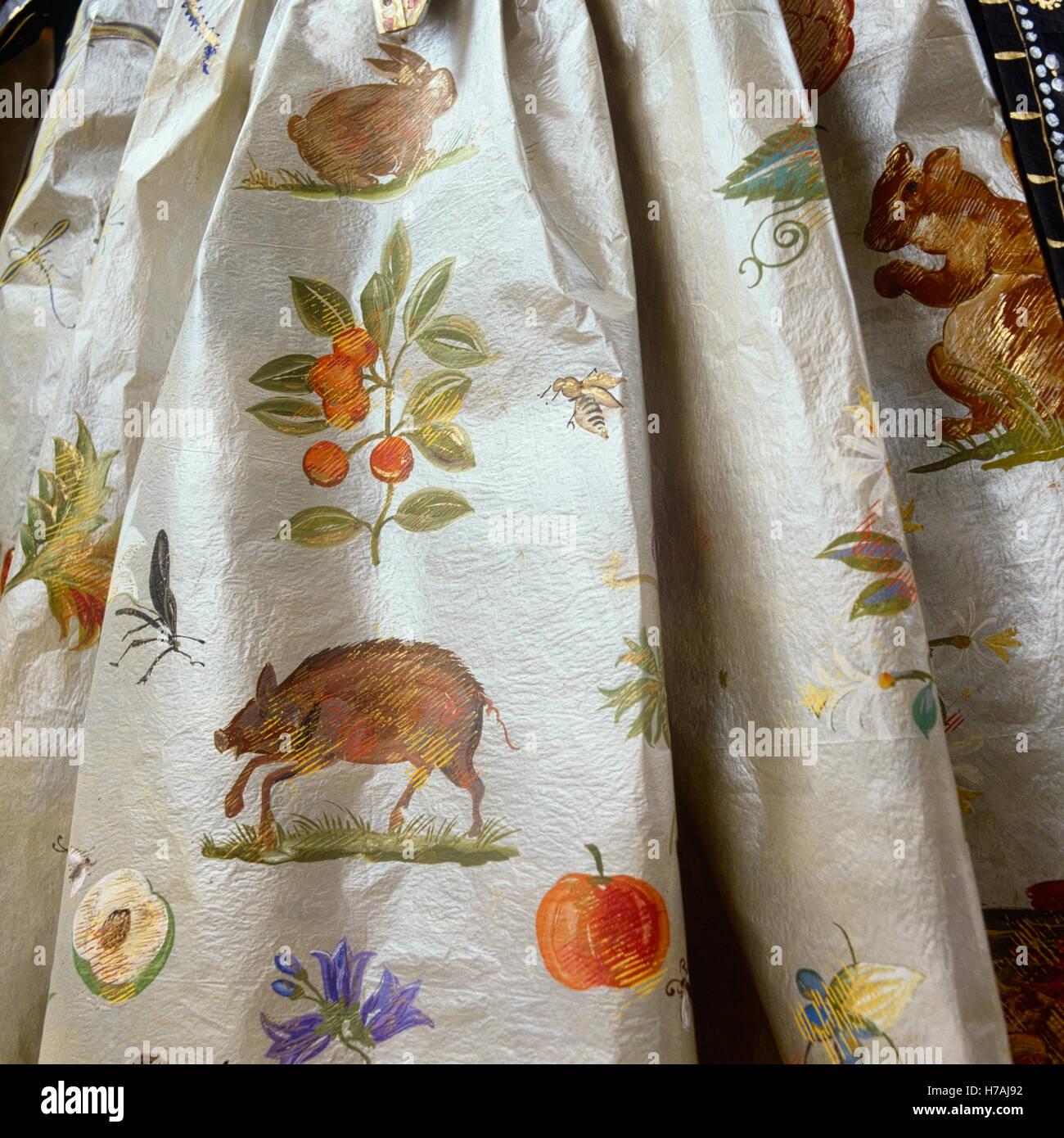 Animales pintados a mano y frutas en falda del hist rico papel de r plica vestido por isabelle - Papel pintado a mano ...
