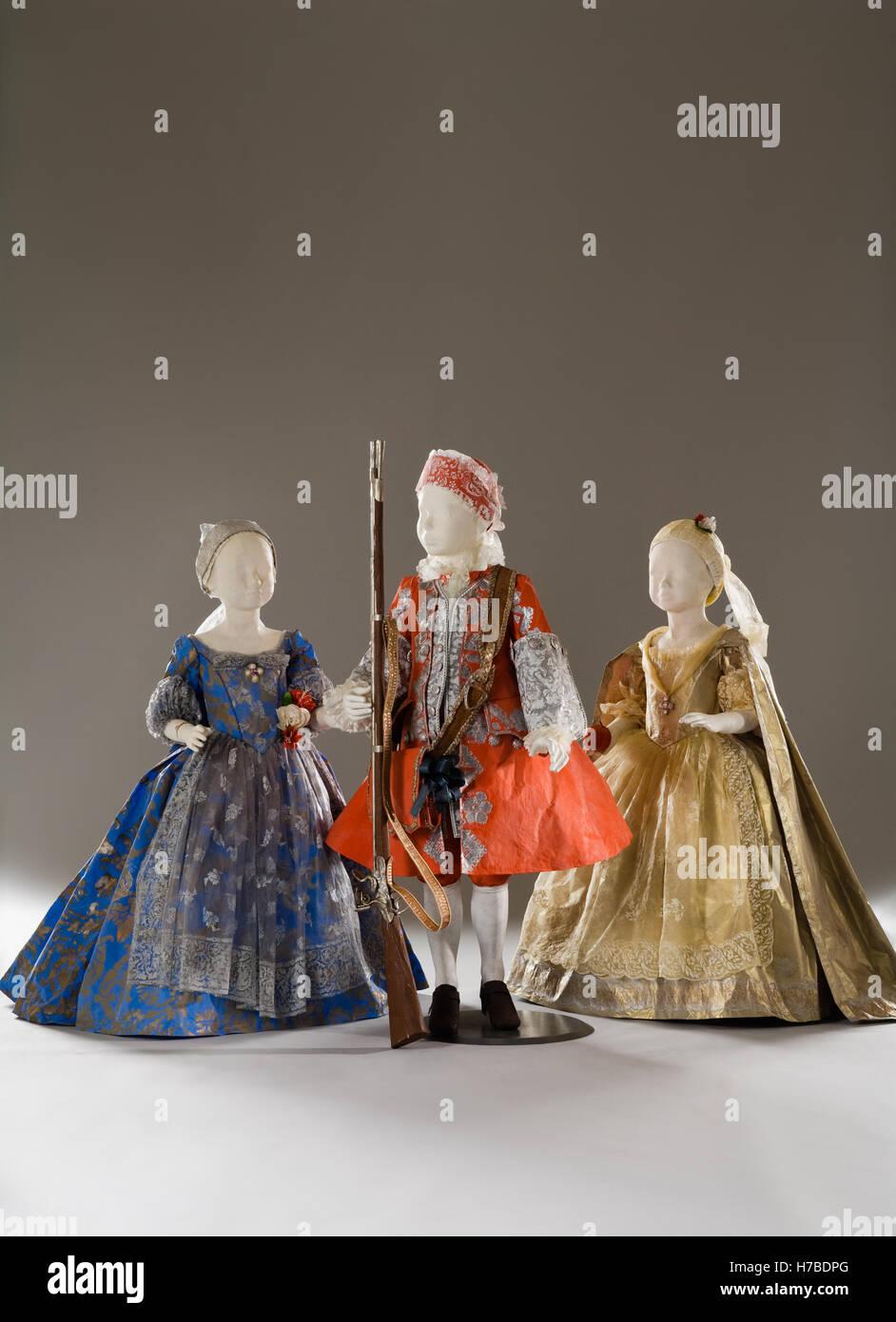 Tres niños maniquíes en papel trajes vestidos vestido de papel de réplicas históricas por Isabelle Imagen De Stock