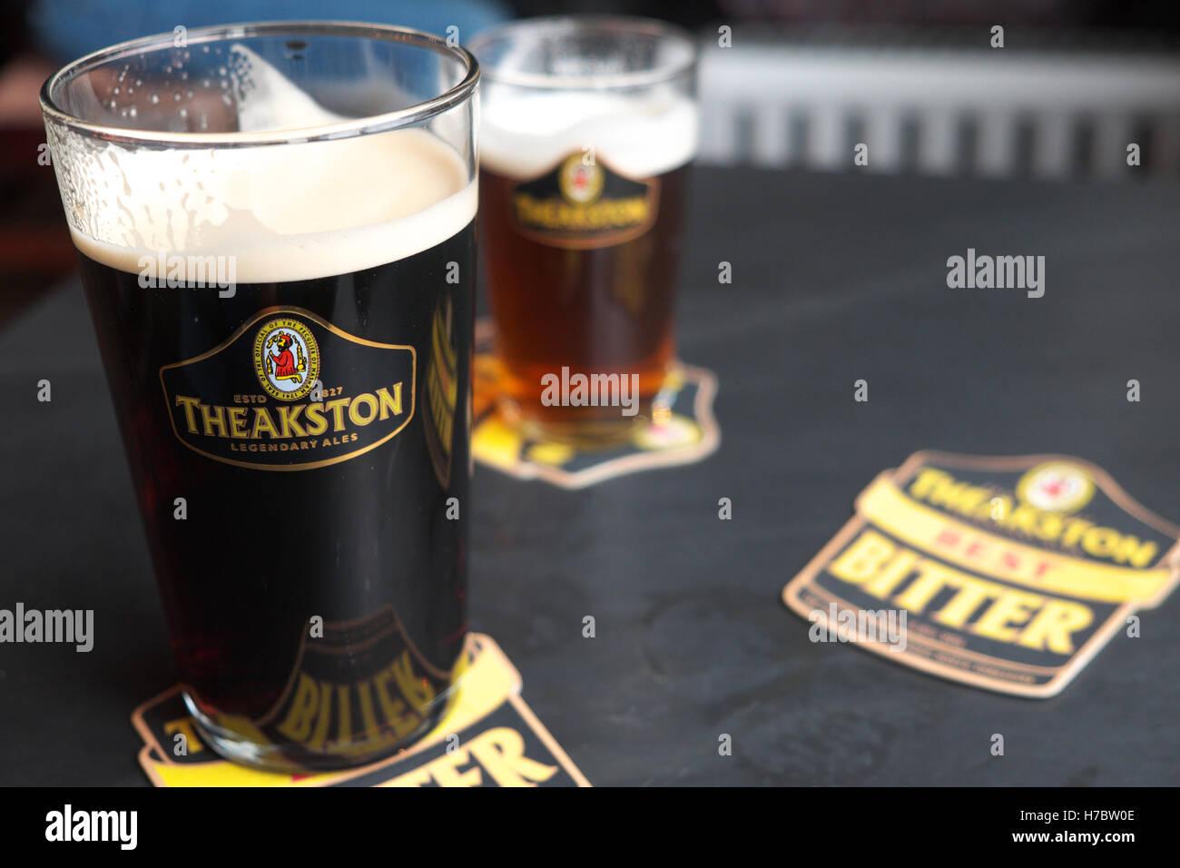 Theakston viejo pinta de cerveza oscura peculiar vaso de cerveza en el pub en Yorkshire, Reino Unido Imagen De Stock