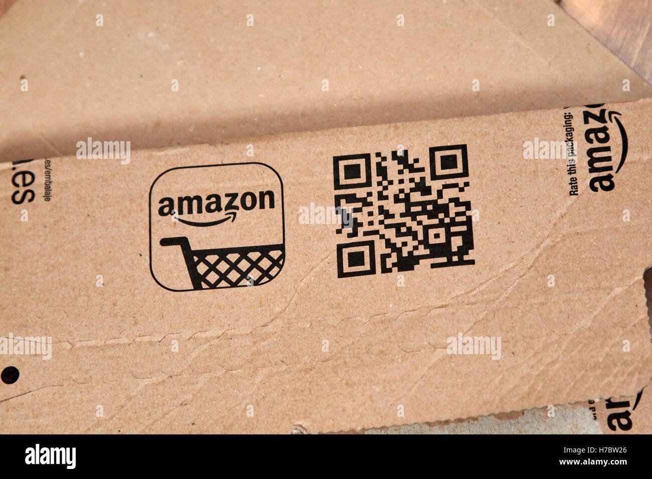 Amazon cartón mailer con código QR Imagen De Stock