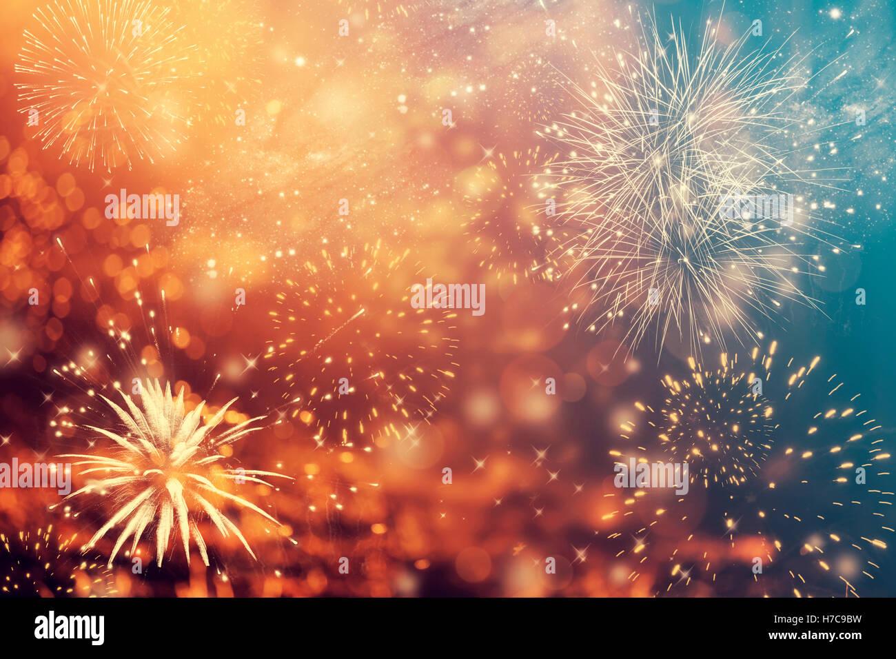 Resumen de vacaciones colorido fondo de cielo con fuegos artificiales y estrellas Foto de stock