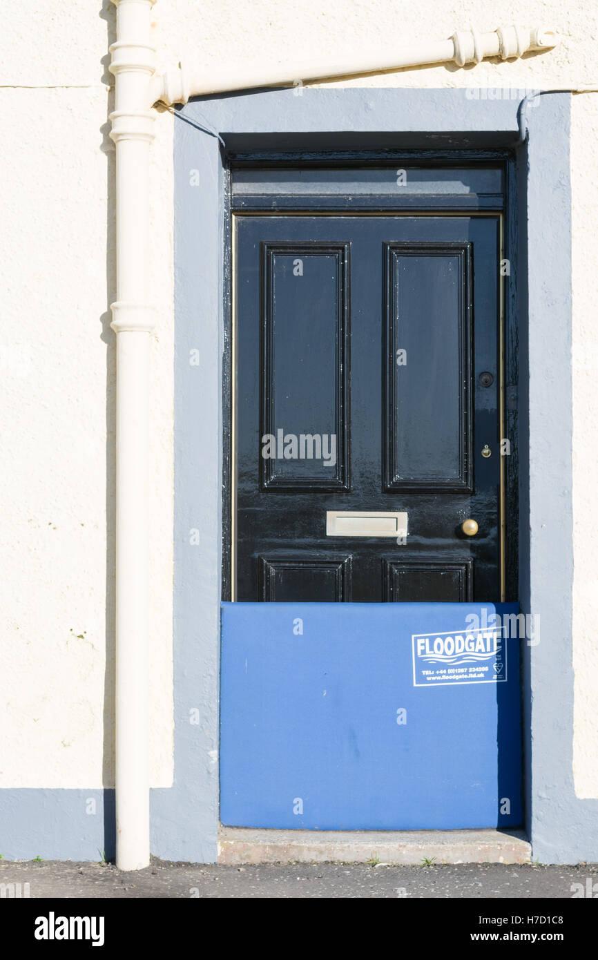 Barrera de puerta Floodgate en uso como protección contra las inundaciones - Isla de Whithorn, Scotland, Reino Imagen De Stock