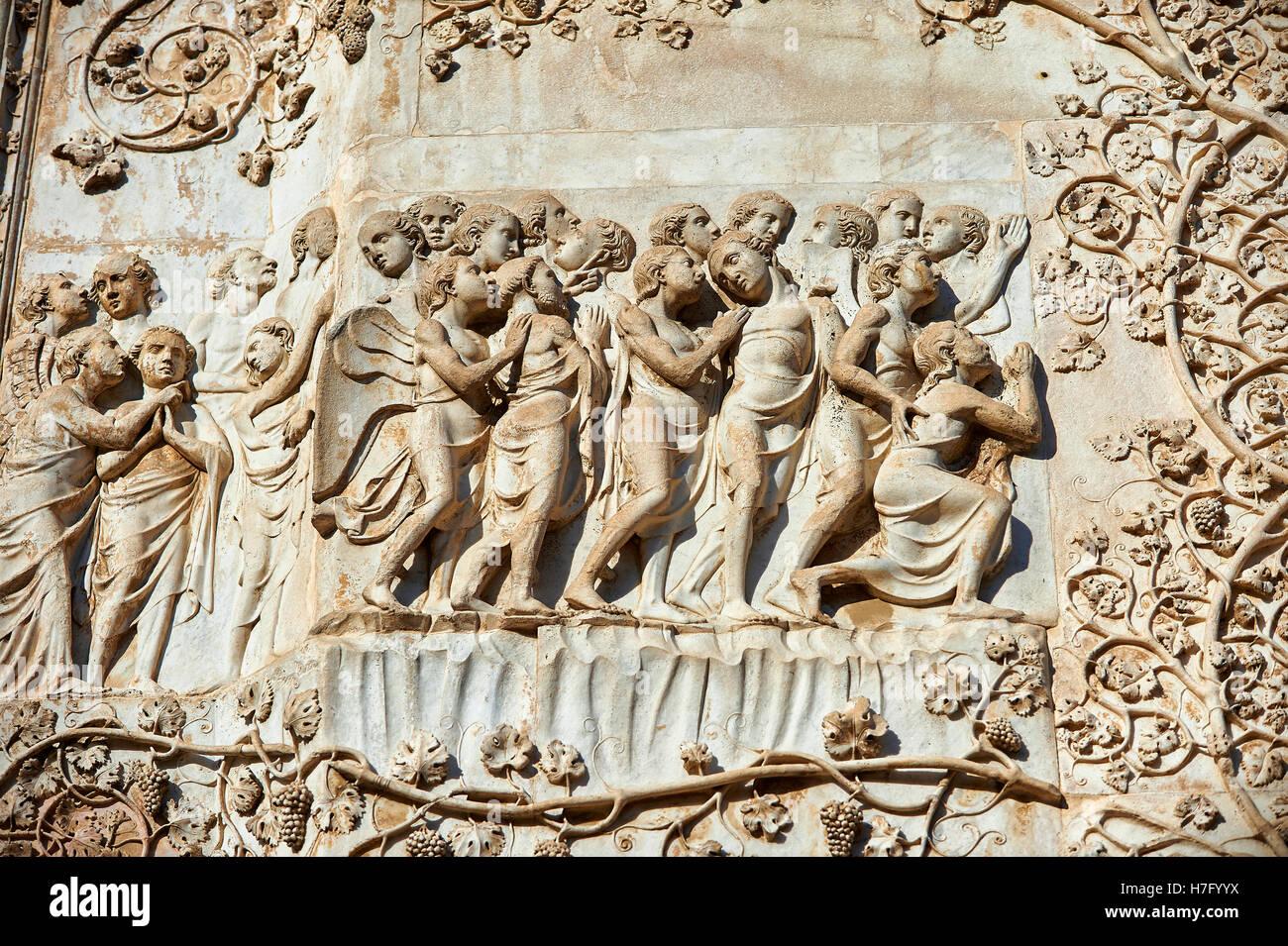 Bajorrelieve de la última sentencia Maitani, circa1310, Toscana, con fachada gótica catedral Duomo Orvieto, Imagen De Stock