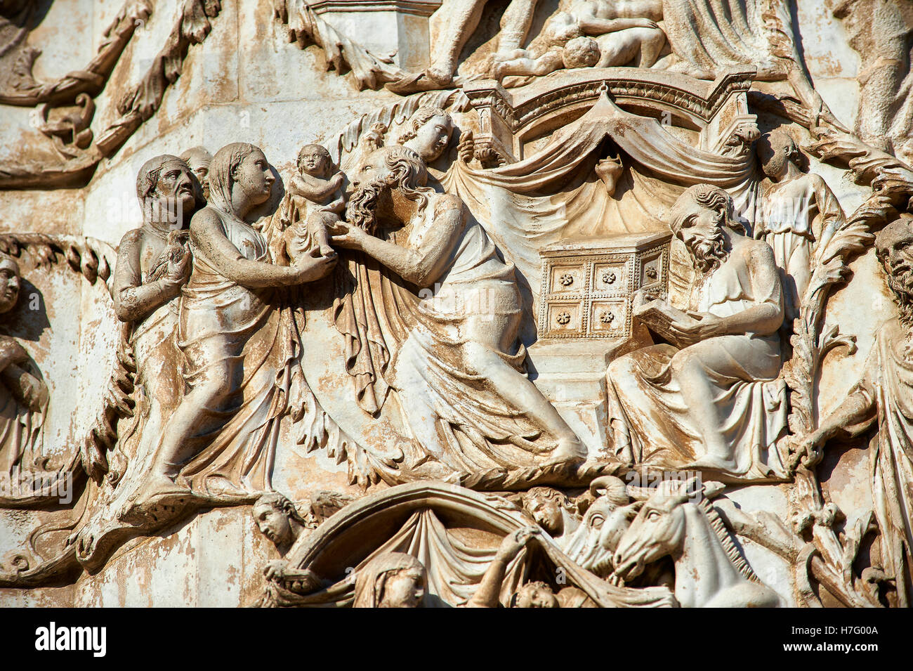 Cristo es presentado en el templo por Maitani circa1310, Toscana, con fachada gótica catedral Duomo Orvieto, Umbría. Foto de stock