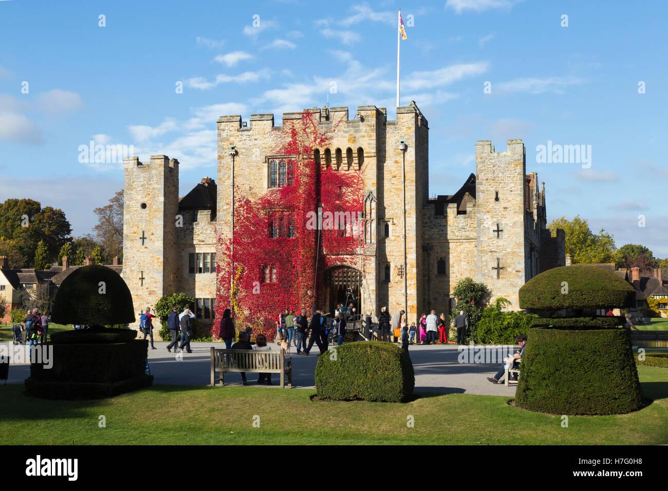 Hever Castle & foso, antigua casa de Anne Boleyn, vestidos con el Rojo otoñal reductor de Virginia & Imagen De Stock