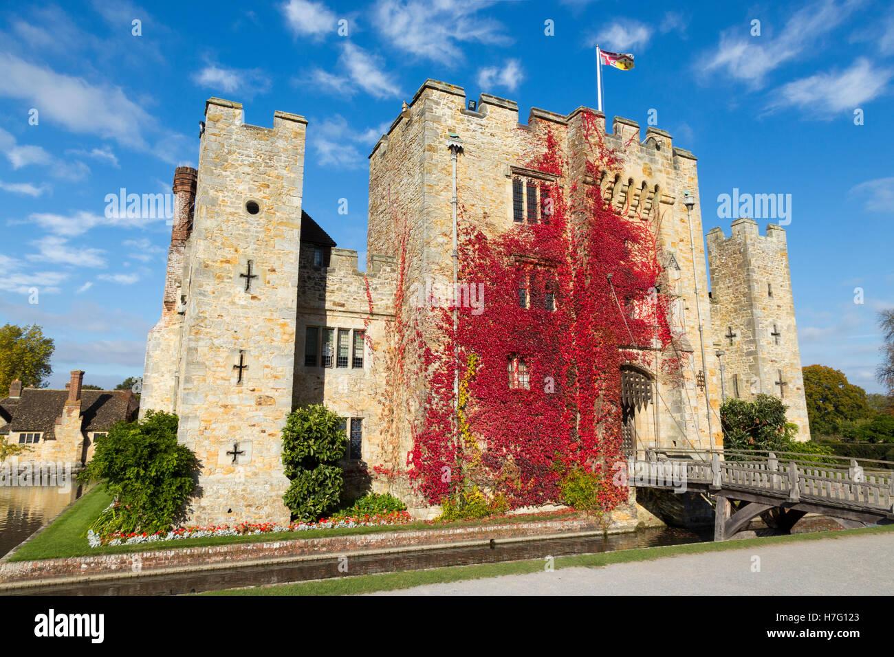 El castillo de Hever revestidos con el Rojo otoñal reductor: Virginia Blue Sky / cielo soleado / Sun & Imagen De Stock