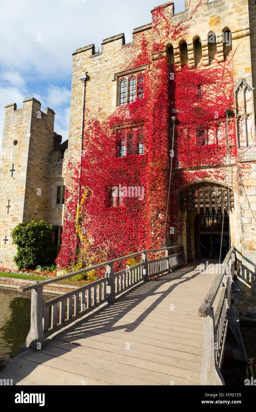 El castillo de Hever revestidos con el Rojo otoñal reductor: Virginia Blue Sky / cielo soleado / Sun & puente levadizo / dibujar puente sobre el foso. Kent UK Foto de stock