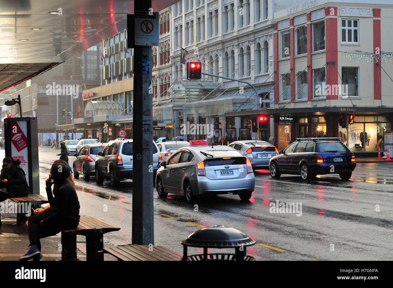 Concurrida Calle Aduana en Auckland en el centro de la ciudad en la noche la lluvia. Imagen De Stock