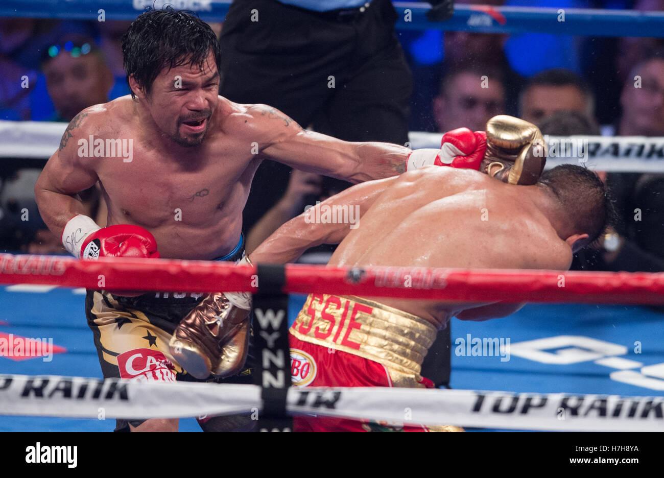 Las Vegas, EE.UU. 5 nov, 2016. Manny Pacquiao (L) de Filipinas punzones Jessie Vargas durante el título de Imagen De Stock