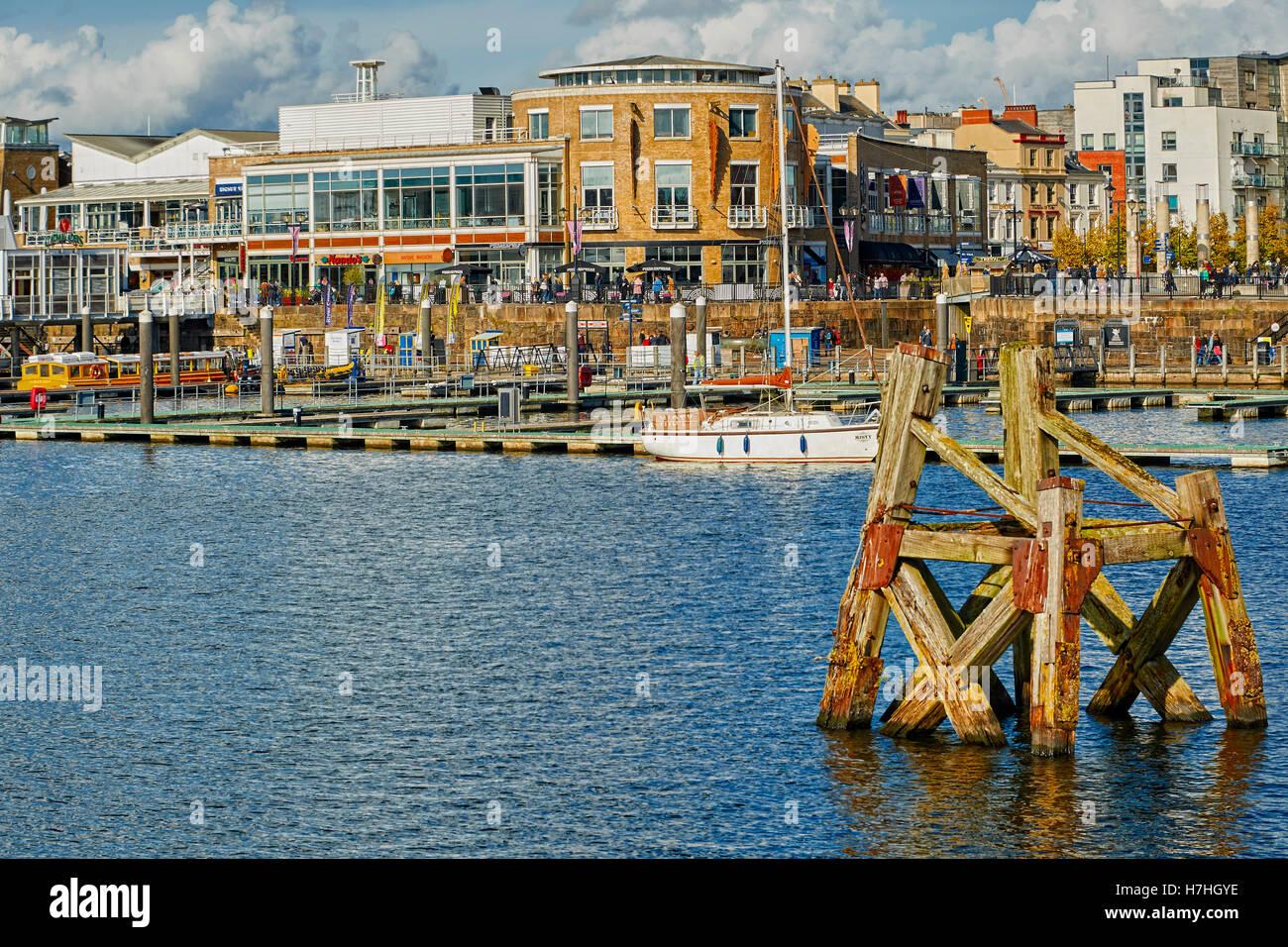 Cardiff la reciente evolución Waterfront waterfront contienen nuevas oficinas, tiendas e instalaciones de ocio. Foto de stock