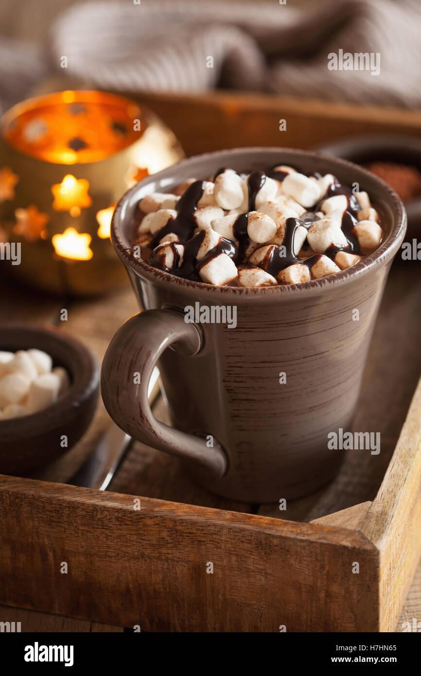 Chocolate caliente con malvaviscos mini copa de calentamiento Imagen De Stock