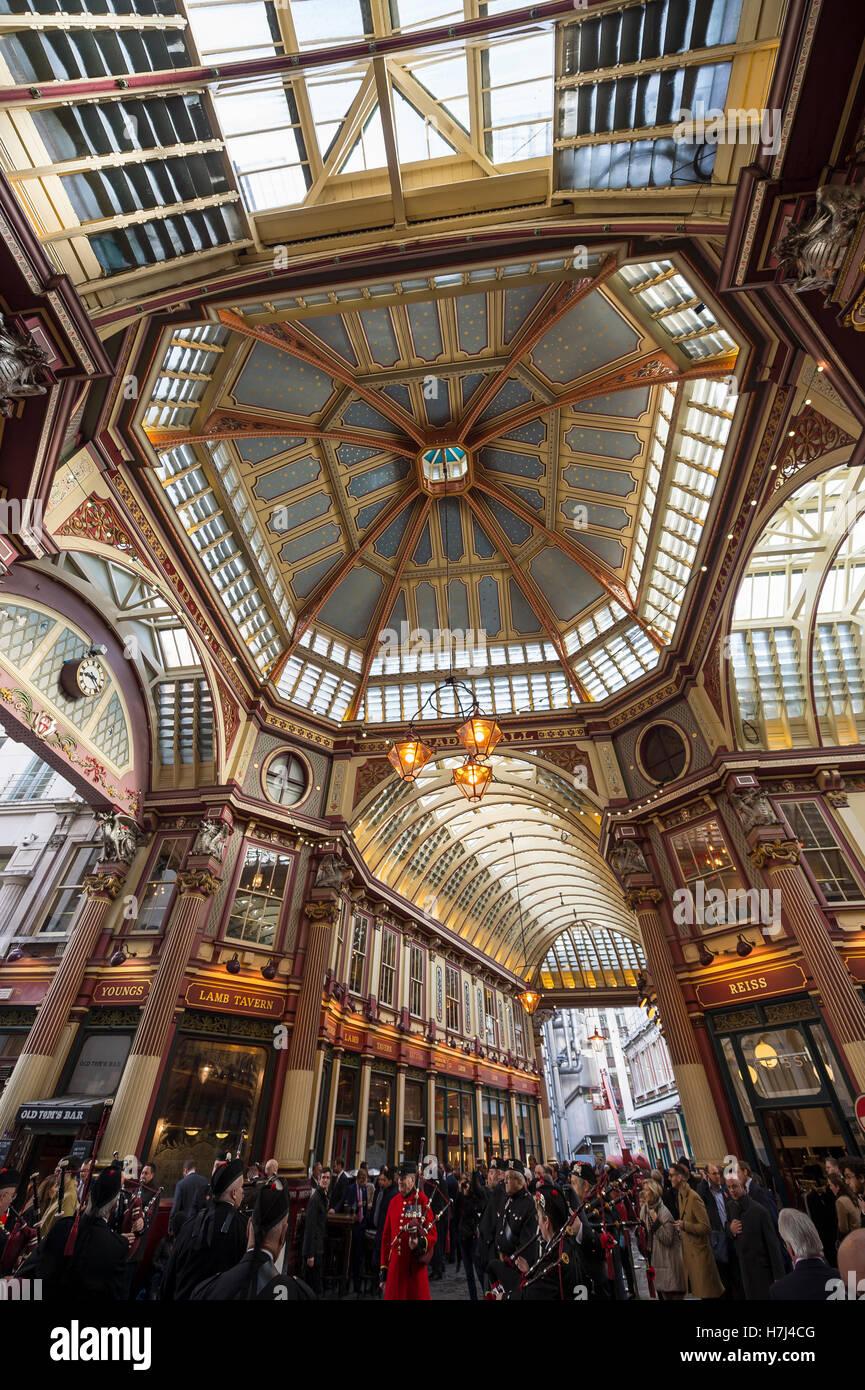 Londres - Noviembre 3, 2016: Los visitantes se reúnen bajo la arcada del Victoriano Leadenhall Market, un histórico Foto de stock