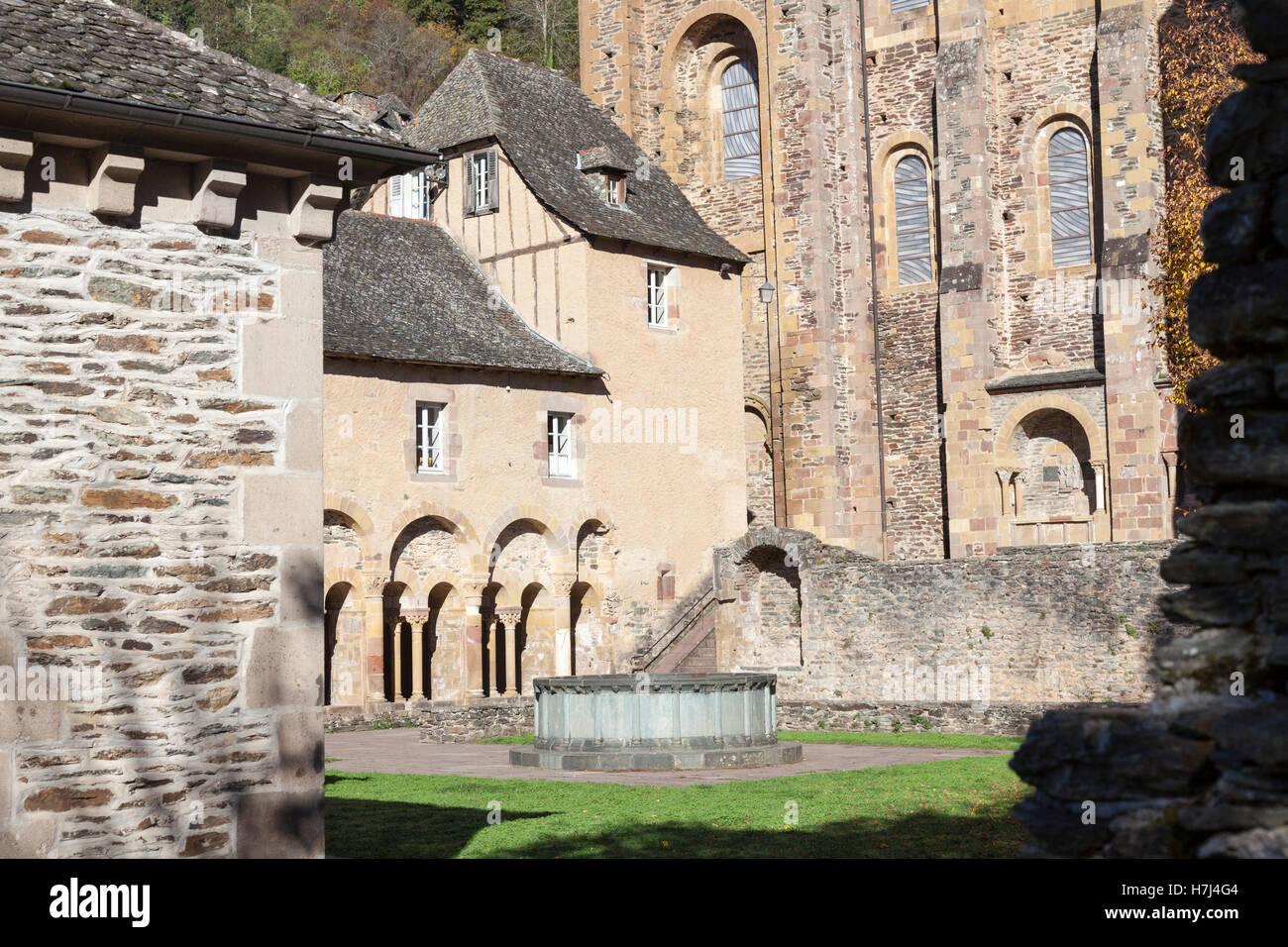 El claustro de la iglesia de la abadía de Sainte Foy, en Albi (Francia), el cual recibe un tesoro: la estatua relicario Foto de stock