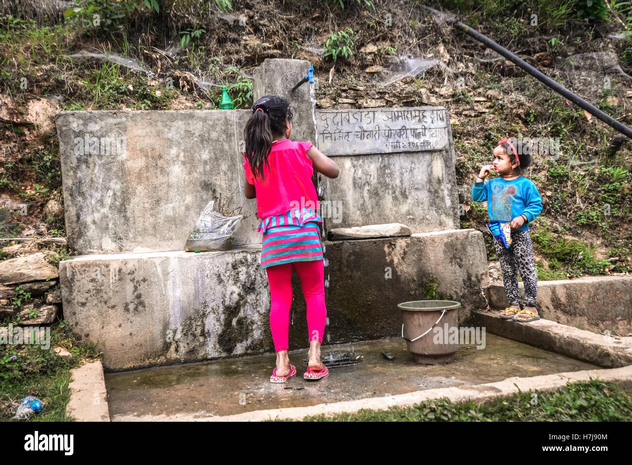 Niños en una absorción de agua comunales en zonas rurales Panchase, Nepal. © Reynold Sumayku Imagen De Stock