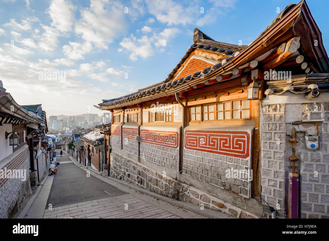 Arquitectura de estilo tradicional coreano en el pueblo de Bukchon Hanok en Seúl, Corea del Sur. Imagen De Stock