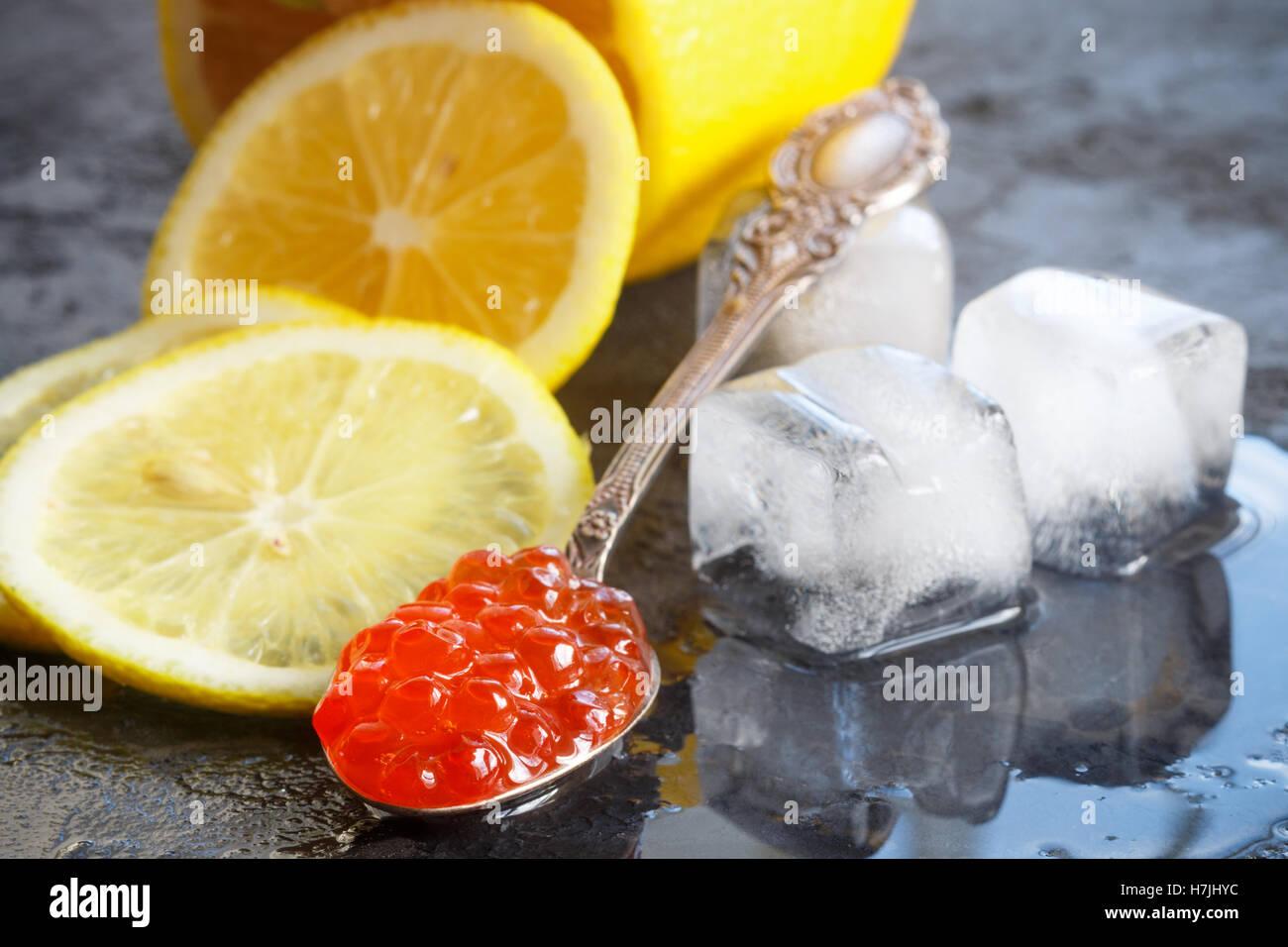 Rojo Salmón caviar y limón. Enfoque selectivo Imagen De Stock