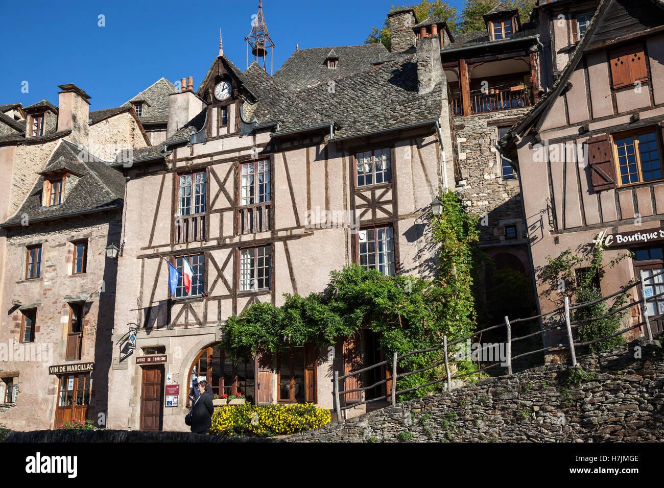 El pequeño pueblo medieval de Conques (Francia). Muestra a los visitantes sus calles flanqueadas por antiguas Imagen De Stock